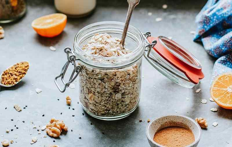 Chrupiąca granola z orzechami. granola, jak zrobić granolę, płatki owsiane, właściwości płatków owsianych, orzechy, ziat=rna słonecznika pestki słonecznika, właściwości słonecznika, sezam, właściwości sezamu, śniadanie, zdrowe śniadanie, zdrowy styl joanny, blog kulinarny, blogerka kulinarna, wiem co jem, odchudzanie, redukcja, blog, przepisy, zdrowe przepisy, smaczne przepisy, influencer polska,