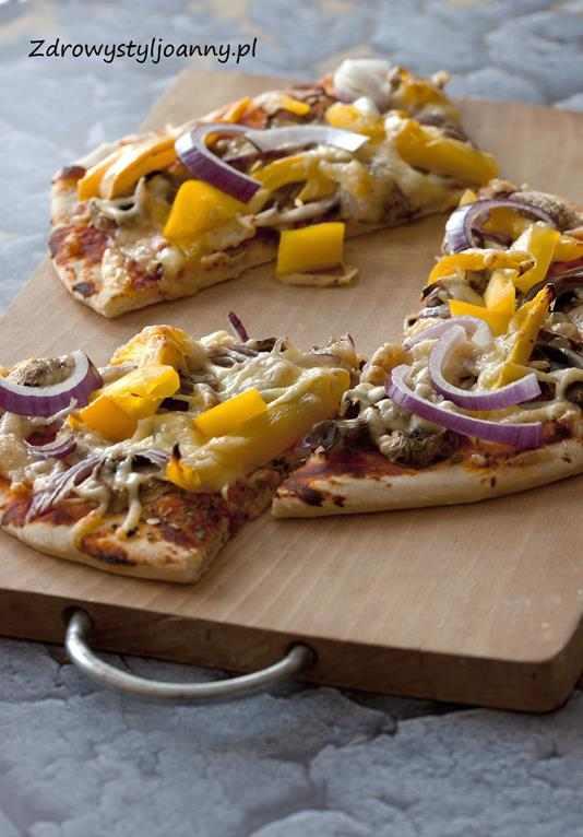 Wegetariańska pizza z warzywami. domowa pizza, przepis na pizzę, smaczna pizza, pieczarki, papryka, ser, cebula, sos pomidorowy, jem zdrowo, dietetyczna pizza, fit pizza, zdrowy styl joanny, blog kulinarny, blogerka, influencer polska, influencer, obiad, pomysł na obiad