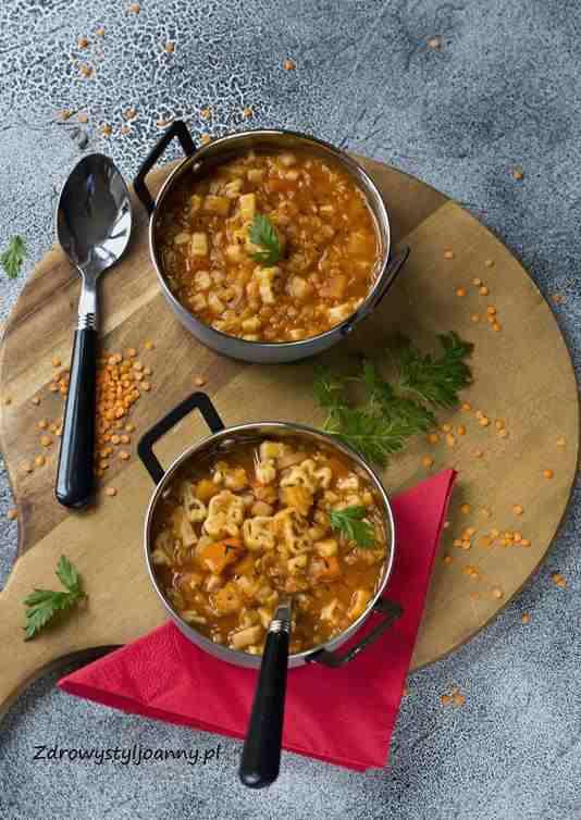 Zupa z makaronem i soczewicą. zupa, soczewica, właściwości soczewicy, seler, pietruszka, makaron, marchew, warzywa, szybki obiad, zdrowy obiad, szynla zupa, dla dzieci, białko, rozgrzewająca zupa, stylizacja jedzenia, fotografia kulinarna, zdrowy styl joanny, wiem co jem, dietetycznie, blog kulinarny, influencer, influencer polska, blogerka, dietetyczne przepisy, przepisy na zupę,