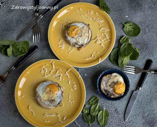 Jajka sadzone w pieczarkach portobello. jajka z piekarnika, właściwości jajek, jajko sadzone, śniadanie, fit śniadanie, dietetyczne sniadanie, zdrowa dieta, śniadanie paleo, dieta niskowęglowodanowa, stylizacja jedzenia, szpinak, nóż, widelec, fotof=grafia kulinarna, blog, blog kulinarny, blogerka kulinarna, wiem co jem, influencer, jajeczko, odchudzanie, redukcja, dietetycznie, przepisy, zdrowy styl joanny,