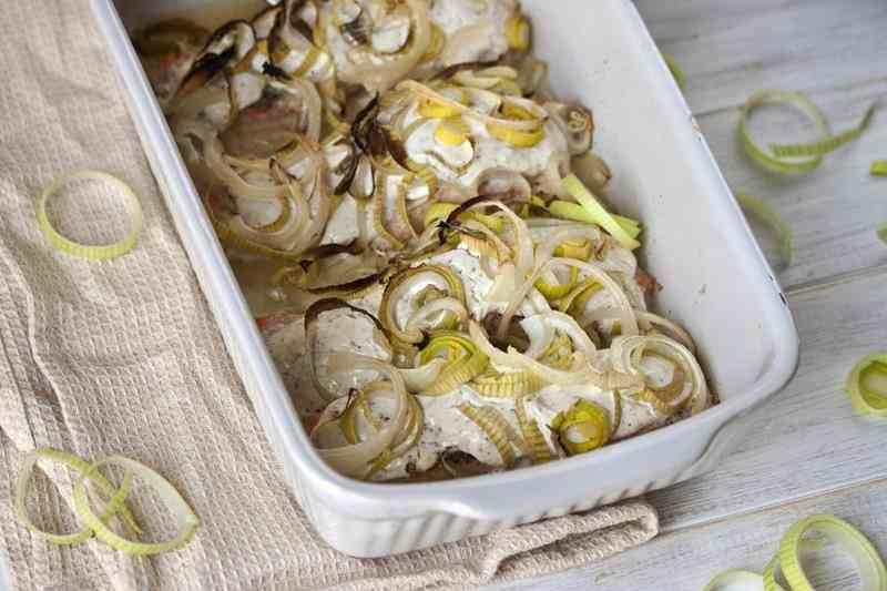 Pieczony łosoś z porem i cebulą. łosoś, ryba, na obiad, szybki obiad, przepis na obiad, pomysł na obiad, por, cebula, pieczony łosoś, zdrowy styl joanny, blog kulinarny, blogerka, przepisy, smacznie, właściwości łososia,