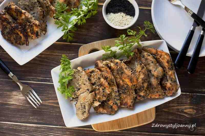 Pierś z kurczaka w musztardzie z sezamem. obiad, mięso, pierś z kurczaka, musztarda, sezam, sezam biały, właściwości sezamu, sezam czarny, ketchup, kardamon, właściwośsci kardamonu, cynamon, właśiwości cynamonu, szybki obiad, pomysl na obiad, stylizacja jedzenia, fotografia kulinarna, zdrowy styl joanny, blog kulinarny, blog, blogerka, stylizacja jedzenia, fotografia kulinarna, posiłek, wiem co jem, influencer, influencer polska