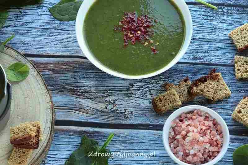 zielona zupa, Kremowa zupa szpinakowa. szybki obiad, szpinak, zupa ze szinaku, kremowa zupa, smaczna zupa, zdrowa zupa, zdrowy styl joanny, wiem co jem, fotografia kulinarna, stylizacja jedzenia, blog kulinarny, influencer, przepisy, zdrowe przepisy, zupa, ziemniaki, marchewa, szpinak, właściwości szpinaku