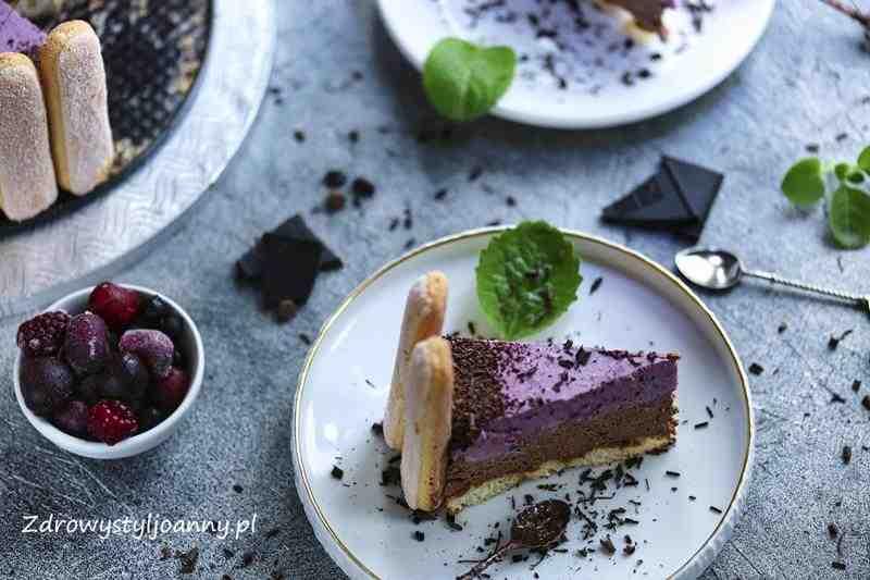 Charlotte gorzką czekoladą i owocami leśnymi. ciasto, ciasto bez pieczenia, owoce leśne, jagody, jeżyny, truskawki, czekolada, gorzka czekolada, herbatniki, szybkie ciasto, dzień mamy, świeta, wielkanioc, czekolada, mieta, zdrowy styl joanny, wiem co jem, domowe wypieki, blog, blog kulinarny, stylizacja jedzenia, fotografia kulinarna, blogger, influencer, dla dzieci, przepisy, fit przepisy, serek ricotta, kremówka,