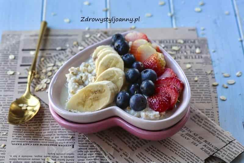 Nocna owsianka proteinowa. płatki owsaine, właściwości płatków owsianych, śniadanie, szybkie śniadanie, zdrowe śniadanie, proteiny, białko, owoce, banany, borówki, truskawki, śniadanie na słodko, zimne śniadanie, sycące śniadanie, dieta, zdrowy styl joanny, stylizacja jedzenia, fotografia kulinarna, blog, blog kulinarny, wiem co jem, blogerka, przepisy, fit przepisy, śniadanko, owsianka,