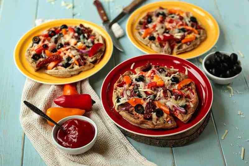Pizza na gofrach. pizza, gofry, szybka pizza, fit pizza, zdrowa pizza, wytrawne gofry, smaczne gofry, warzywa, gofry z warzywami, ser, oliwki, papryka, pomidory, suszone pomidory, sos pomidorowy, oregano, zdrowy styl joanny, przepisy, fit przepisy, blog, blog kulnarnry, fotografia kulinarna, influencer, wiem co jem, właściwości papryki, pwłaściwości pomidorów,