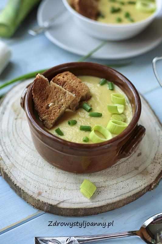 Zupa porowa z ziemniakami. szybka zupa, pomysł na obiad, zdrowy obiad, zupka, zupa krem, por, ziemniaki, warzywa, marchewka, czosnek, serek mascarpone, bez śmietany, zielona zupa, zdrowy styl joanny, wiem co jem, blog, blog kulinarny, stylizacja jedzenia, influencer, przepisy, przepisy na obiad,