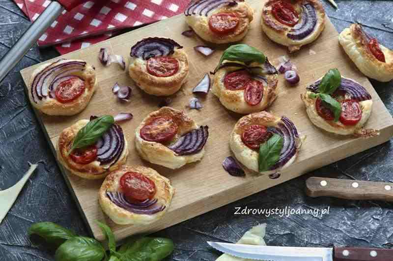 Ciasto francuskie z pomidorami i cebulą. ciasto francuskie, przekąska z ciasta francuskiego, wiem co jem, prekąska na ciepło, cebula, czerwona cebula właściwosci, pomidory, pomidory właściwości, bazylia właściwości, zdrowy styl joanny, stylizacja jedzenia, fotografia kulinarna, przkąski na imprezę, imprezowe przkąski, lekka przekąska, przepisy, blog, blog kulinarny,