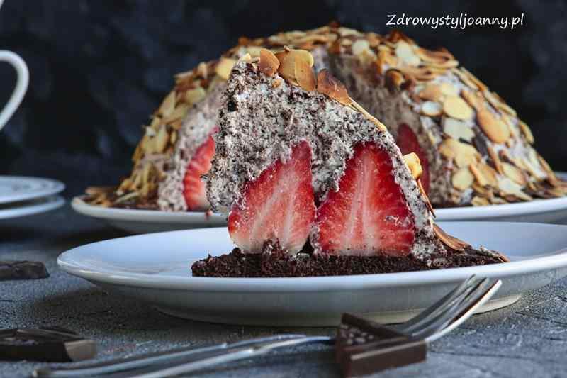 Kopiec kreta z truskawkami. ciaasto z truskawkami, kopiec kreta, ciasto z kremem, bita smietana, serek mascarpone, deser, dla dzieci, smaczne ciasto, przepisy, wiem co jem, ciasto na lato, truskawki, ciasto z owocami, ciasto z bitą śmietaną, zdrowy styl joanny, blog, bloger, influencer, przepisy, fit przepisy, stylizacja jedzenia, fotografia kulinarna,