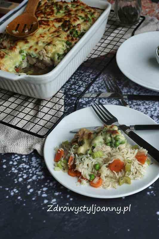Zapiekanka z ryżem i kurczakiem. obiad, pomysł na obiad, mięso, ryż, warzywa, groszek, marchewka, seler, seler naciowy, ser, ser mozzrella, szybki obiad, obiadek, jem zdrowo, dieta, odchudzanie, przepisy, fit przepiey, zdrowa dieta, zdrowy styl joanny, stylizacja jedzenia, fotografia kulinarna, wiem co jem, zapiekanka z warzywami, zapiekanka z mięsem,