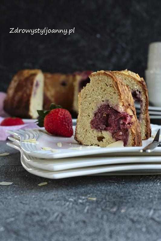 Ciasto z truskawkami i twarogiem. ciasto z owocami, ciasto z truskawkami, ciasto z twarogiem, szybkie ciasto, fit ciasto, ciasto bez cukru, babka z owocami, truskawki, właściwości truskawek, właściwości twarogu, bez drożdży, deser, owoce, owoce sezonowe, dla dzieci, zdrowy styl joanny, stylizacja kulinarna, fotografia kulinarna, stylizacja jedzenia, przepisy, blog kulinarny, blogerka,