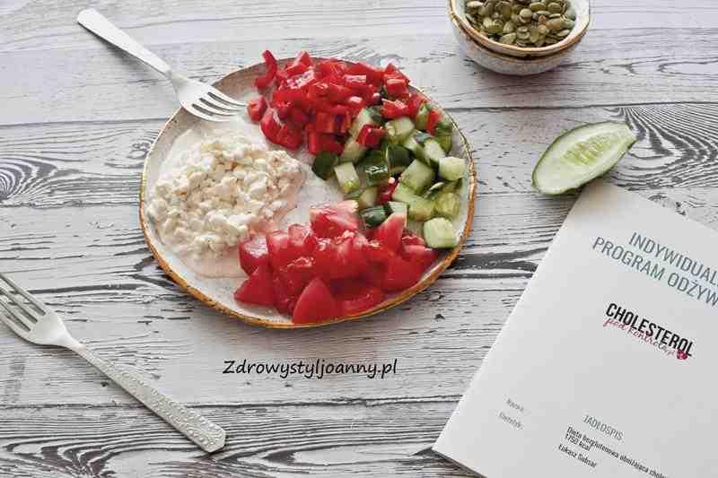 Serek wiejski z warzywami. sałatka, warzywa, serek wiejski, papryka, pomidory, ogórek, lekka kolacja, lekki posiłek, odchudzanie, redukcja, cholesterol, dietetyk, odchudzam się, jak schudnąć, zdrowe odchudzanie, zdrowy styl joanny, blog kulinarny, stylizacja jedzenia, fotogtafia kulinarna, fotografia produktowa,