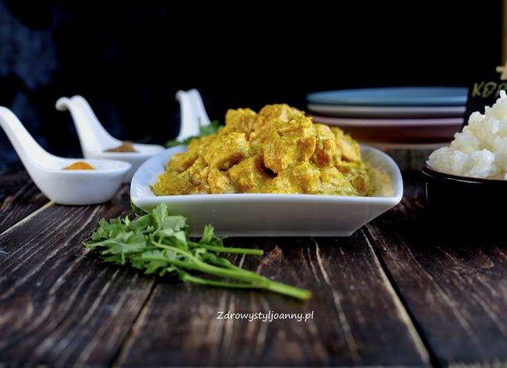 Kurczak korma – kuchnia indyjska. pomysł na obiad mięso kurczak, drób, pierś z kurczaka, smaczny obiad, kuchnia indyjska, kurkuma, imnir, czosnek, przyprawy, cynamon, kminek, kardamon, ryz, mleczko kokosowe, korma, zdrowy styl joanny, blog, blog kulinarny, blogerr, influencer, przepisy, fit przepisy, jem zdrowo, odchudzanie, dieta, wiem co jem, stylizacja jedzenia, fotografia kulinarna,