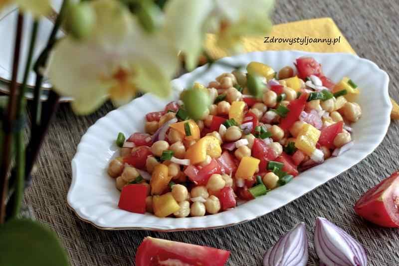 Sałatka z ciecierzycą i pomidorami. warzywa, pomidory, ciecierzyca, szczypior, szczypiorek, wegańska sałatka, papryka, cieciorka, właściwości cieciorki, sałatka, szybka sałatka, cebula, oliwa z oliwek, blog, blog kulinarny, stylizacja jedzenia, fotografia kulinarna, wiem co jem, na wynos, odchudzanie, dieta, redukcja, białko, przepis, przepisy, zdrowy styl joanny, zdrowe jedzenie, szybka sałatka, do pracy,