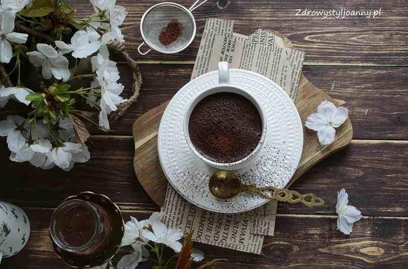 Wegańskie chai latte z bananem. wegański napój, latte, latte bez kofeiny, herbata, rozgrzewająca herbata, banan, wanilia, kakao, napój, zdrowy styl joanny, przepisy, fit przepisy, blog, blog kulinarny, stylizacja jedzenia, fotografia kulinarna, wiem co piję, blogger, chai tea, , kremowe latte, mleko kokosowe,