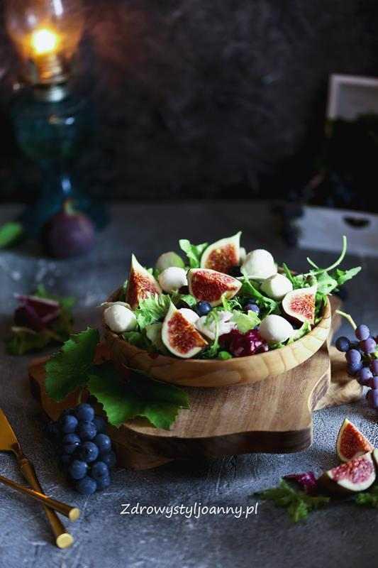 Wykwintna sałatka z figami. sałatka , lekka sałatka, winogrona, figi, ocet balsamiczny, zdrowa dieta, mozzarella, zdrowy styl joanny, przepisy, blog kulinarny, blogerka,, szybkie przepisy, stylizacja jedzenia, fotografia kulinarna, stylizacja,, właściwości fig, młode liski, miks sałat, przepis na sałatkę, jesienne smaki,
