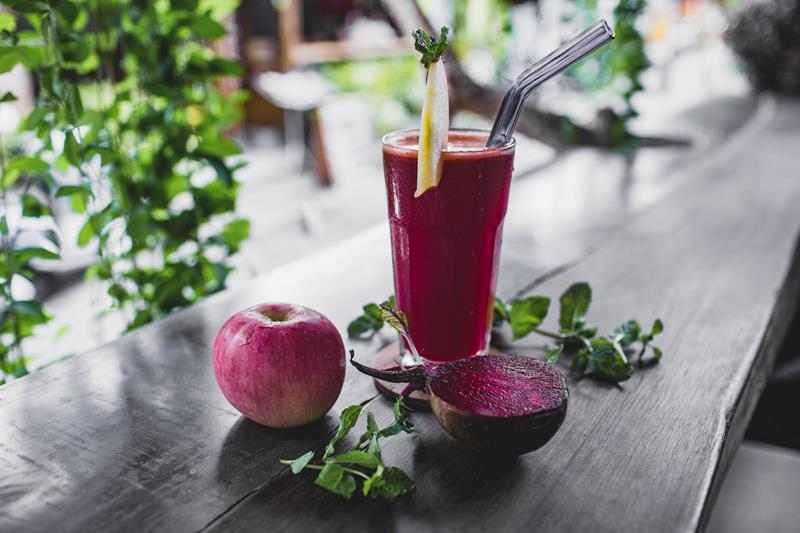 Smoothie z burakiem i jabłkiem. zdrowe smoothie, koktajl, burak, buraki, jabłko, jabłka, marchew, marchewka, owoce, warzywa, dieta, odchudzanie, blog, blog kulinarny, przepis, przepisy, fit przepisy, zdrowe przepisy, zdrowy styl joanny, blogger, influencer, przepis na smoothie, przepis na koktajl,